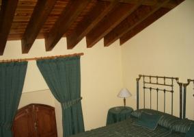 Dormitorio doble con techos abuhardillados