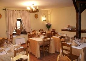 Restaurante de la posada con mesas