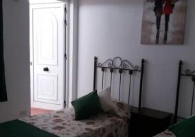 Dormitorio amplio con un par de camas