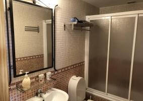Aseo de la casa con espejo grande sobre el lavabo