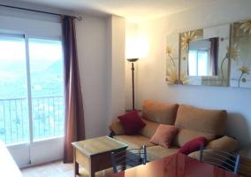 Sala de estar con sillones y terraza