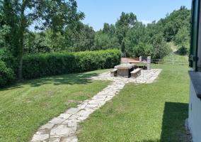 Amplio exterior de la casa con mesa de piedra
