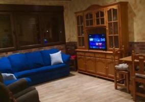 Sala de estar amplia con sillones azules