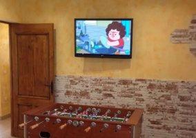 Sala de estar con mesa y tele