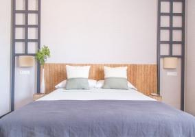 Dormitorio con cama de matrimonio y escritorio