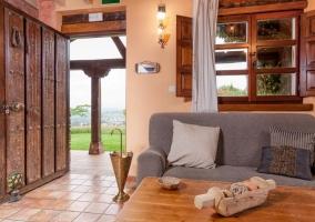 Sala de estar con la estufa en la esquina
