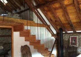 Altillo conectado con una bella escalera de madera a la sala de estar