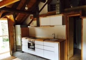 Mesa de comedor situada junto a la cocina