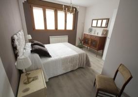 Dormitorio con cama de matrimonio y calefaccion