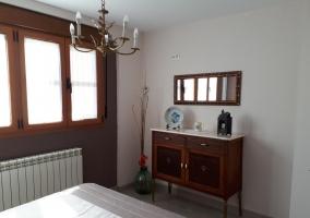 La habitación principal cuenta con un gran ventanal que la hace muy luminosa