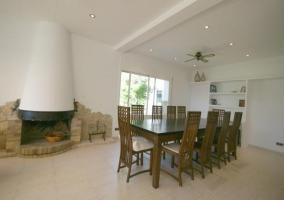 Sala de estar amplia con espacio de comedor