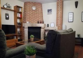 Sala de estar con la chimenea y tele