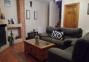 Sala de estar con sillones y mesa