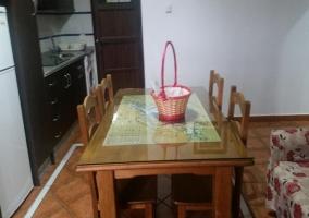 Mesa de comedor entre la cocina y la sala de estar