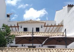 Acceso al alojamiento con vistas de la fachada