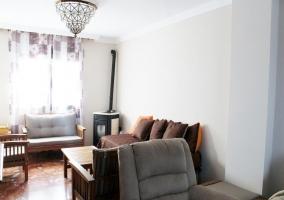 Sala de estar con estufa en la esquina