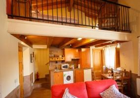 Sala de estar amplia con chimenea y madera