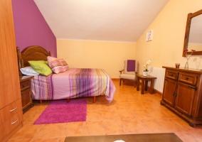 Dormitorio con cama de matrimonio amplia