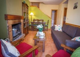 Sala de estar en tonos verdes con detalles