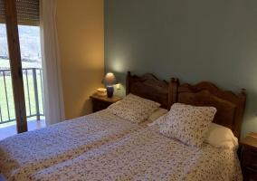 Dormitorio de matrimonio con sus mesillas de noche