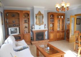 Sala de estar amplia con la chimenea