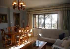 Sala de estar amplia y la mesa de comedor