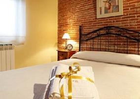 Dormitorio doble con cama sencilla y calefacción