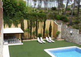 Acceso principal a las zonas exteriores con piscina