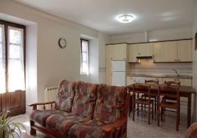 Sala de estar con sillones y tele de plasma