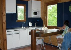 Sala de estar con mesa de madera en forma de barra