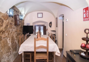 Comedor del alojamiento con pared en piedra