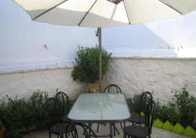 Wide views of the terrace with table and umbrella -999 Logo Los Pinos