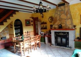 Sala de estar con mesa de madera y su conjunto de sillas