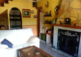 Sala de estar y la chimenea delante de los sillones