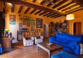 Sala de estar amplia con sillones
