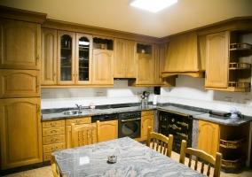 Cocina de la casa amplia con mesa