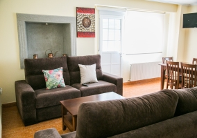 Sala de estar amplia con tele y mesa de madera