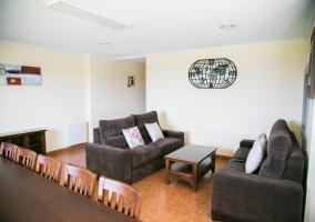 Sala de estar con mesa de madera al lado