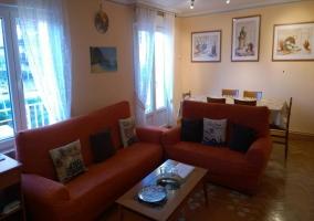Sala de estar con zona de comedor y cuadros