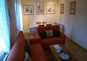 Sala de estar con tele a un lado en el mueble