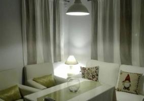 Sala de estar con ventanas