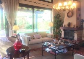 Sala de estar de la casa con sillones y chimenea