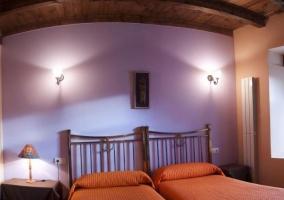 Dormitorio doble con colchas en color naranja
