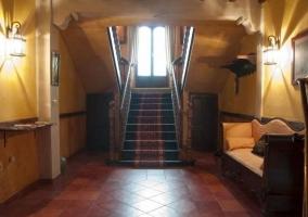 Entrada de la casa con escaleras