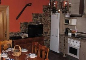Sala de estar con chimenea frente a los sillones