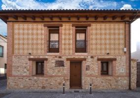 Amplia fachada de la casa con puerta de madera