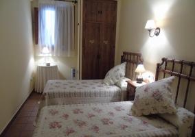 Dormitorio de matrimonio de la casa con sillas
