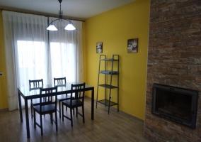 Sala de estar comunicada con el comedor y la chimenea