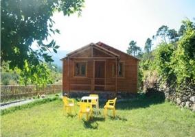 Fachada con muebles de jardín