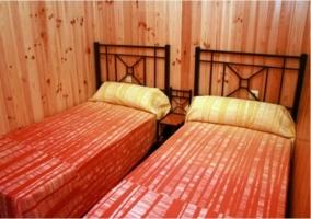 Todo el dormitorio es de madera